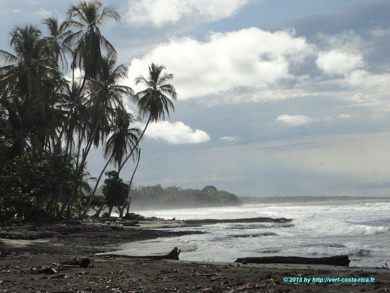 Mer des Caraïbes et plage de sable noir de Cahuita au Costa Rica