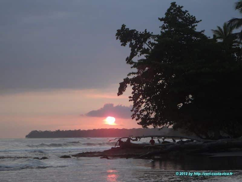 lever du soleil sur la plage de Cahuita au Costa Rica