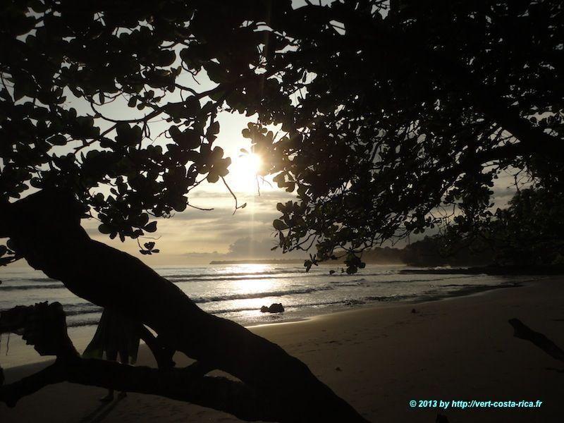 lever du soleil sur la plage de sable noir du village de Cahuita au Costa Rica