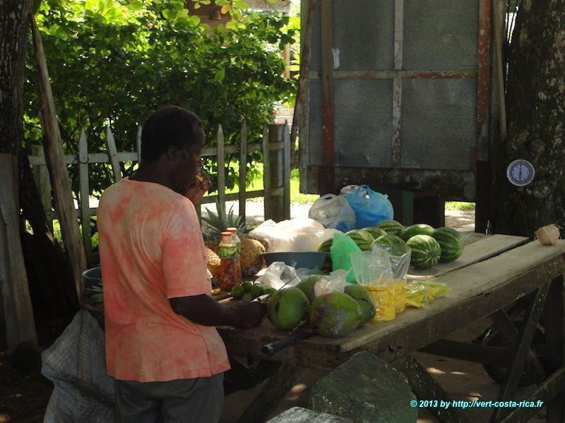 Découpe de Mangue dans le village de Cahuita au Costa Rica