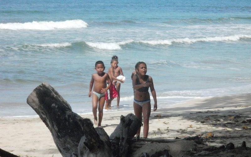 Les enfants sur la grande plage de sable blanc de Cahuita au Costa Rica
