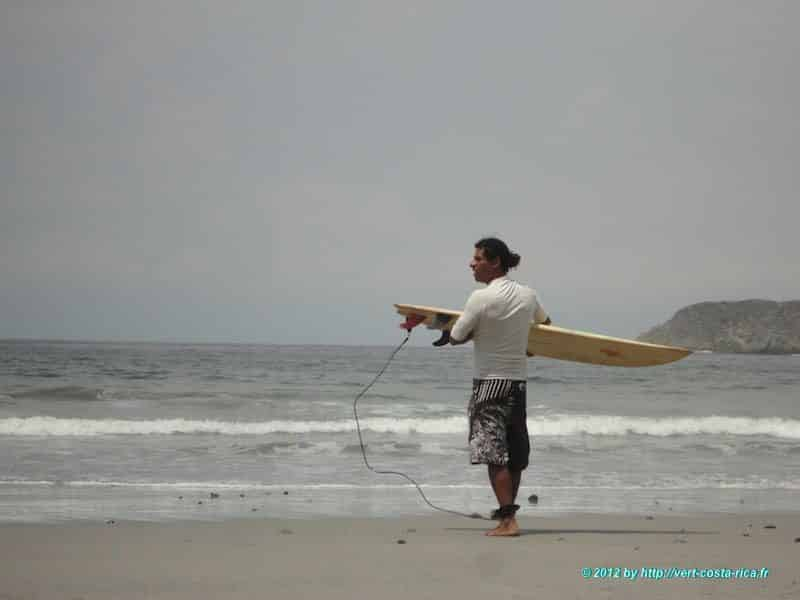 Surfeur sur la plage de Manuel Antonio
