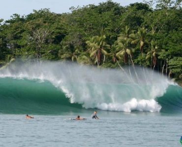 Plage dominical pour le surf au Costa Rica